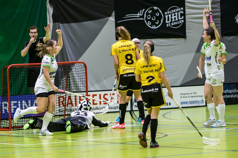 Lara Eschbach und Livia Resegatti jubeln